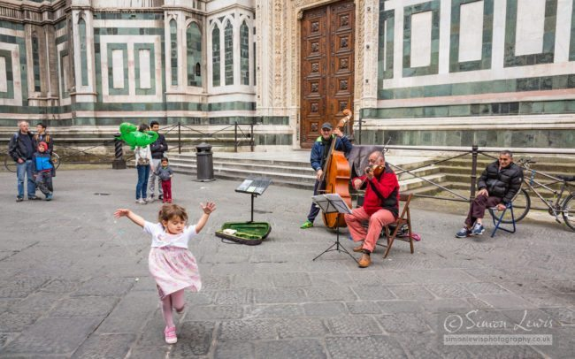florence-street-musicians-dancing-girl-reportage-photography